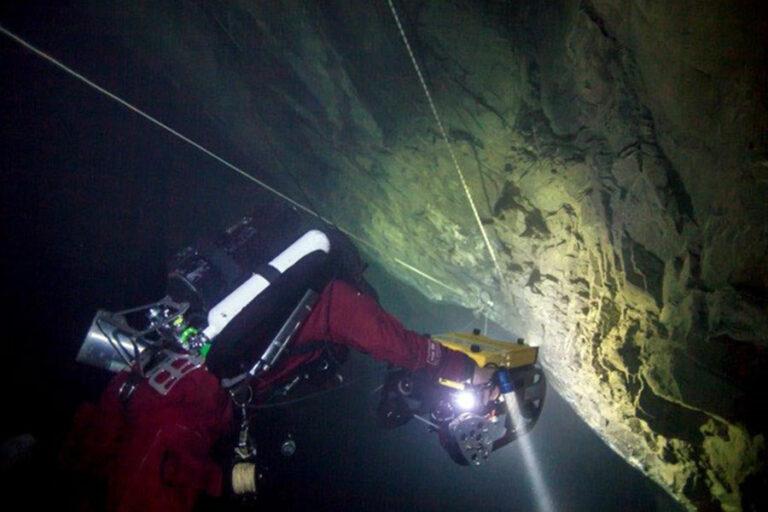 Akce na Hranické propasti zaměřená na vytažení podvodního robota firmy GRALmarine